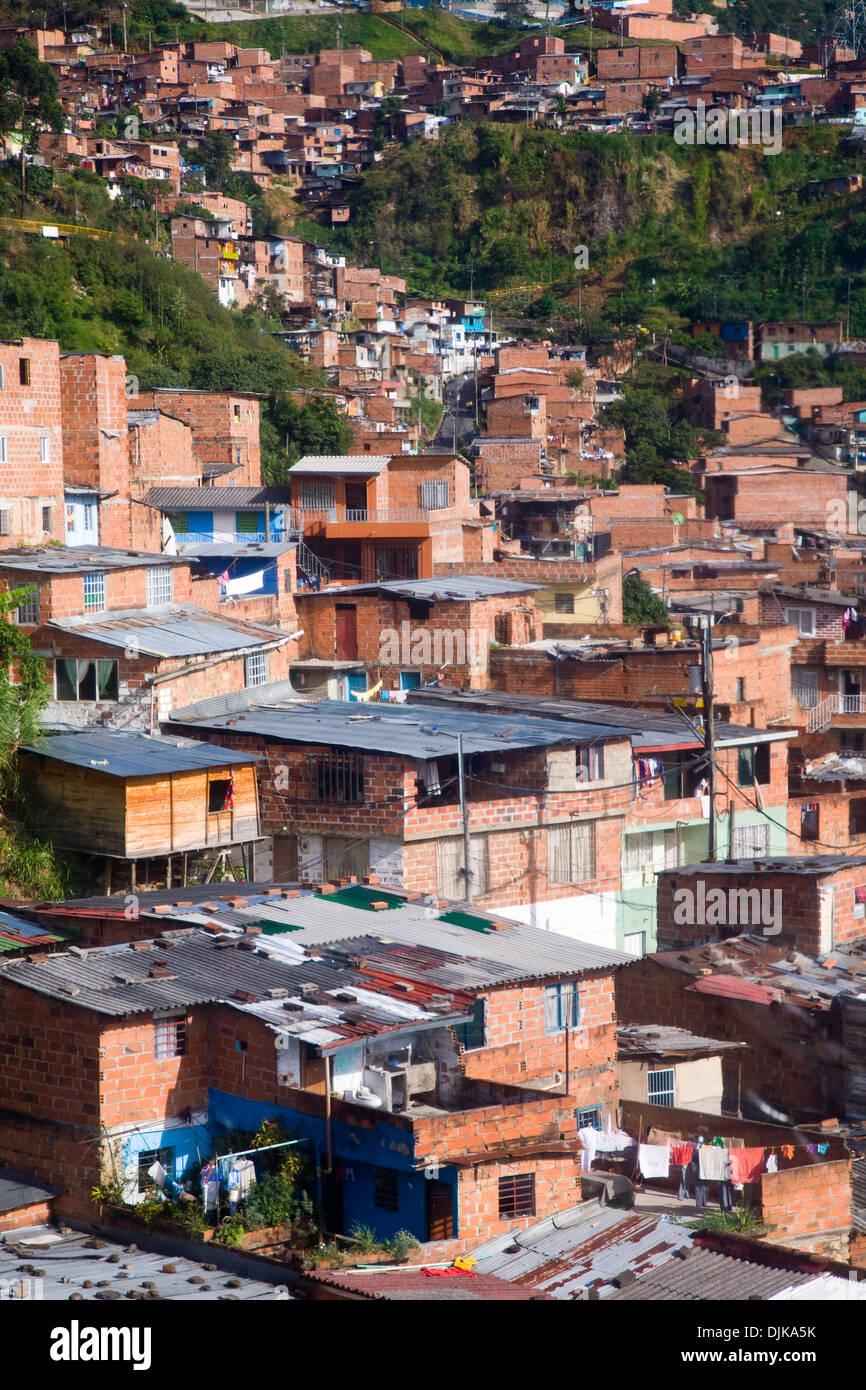 Los barrios bajos de Medellín visto desde el teleférico, Colombia Imagen De Stock
