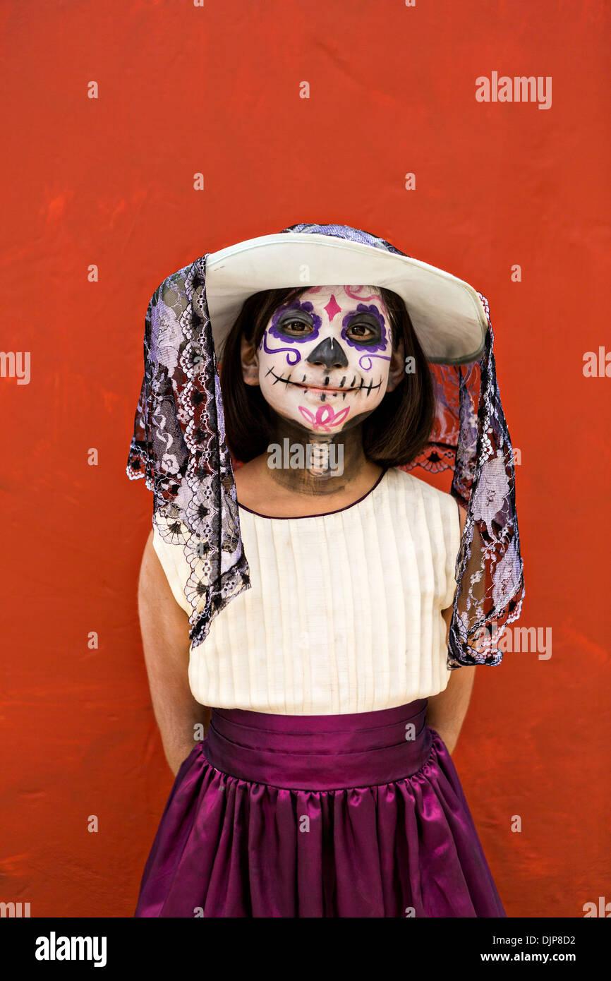 Una Chica Joven Vestida Como La Calavera Catrina Celebrando