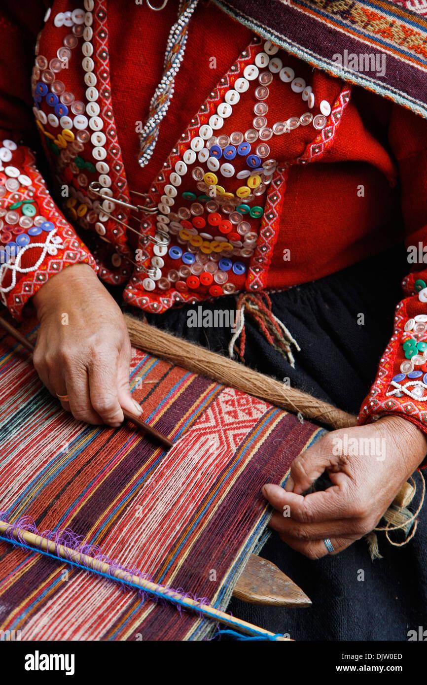 Tejiendo una mujer Quechua textil tradicional, Cuzco, Perú. Imagen De Stock