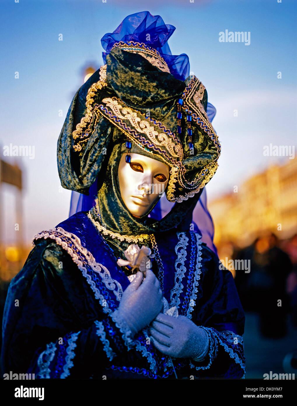Participante en traje tradicional en el anual carnaval enmascarado, Venecia, Italia, EuropaFoto de stock