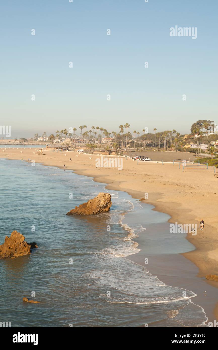 Vista de la Gran Playa Corona bajo el soleado cielo azul, Newport Beach, California, Estados Unidos Imagen De Stock