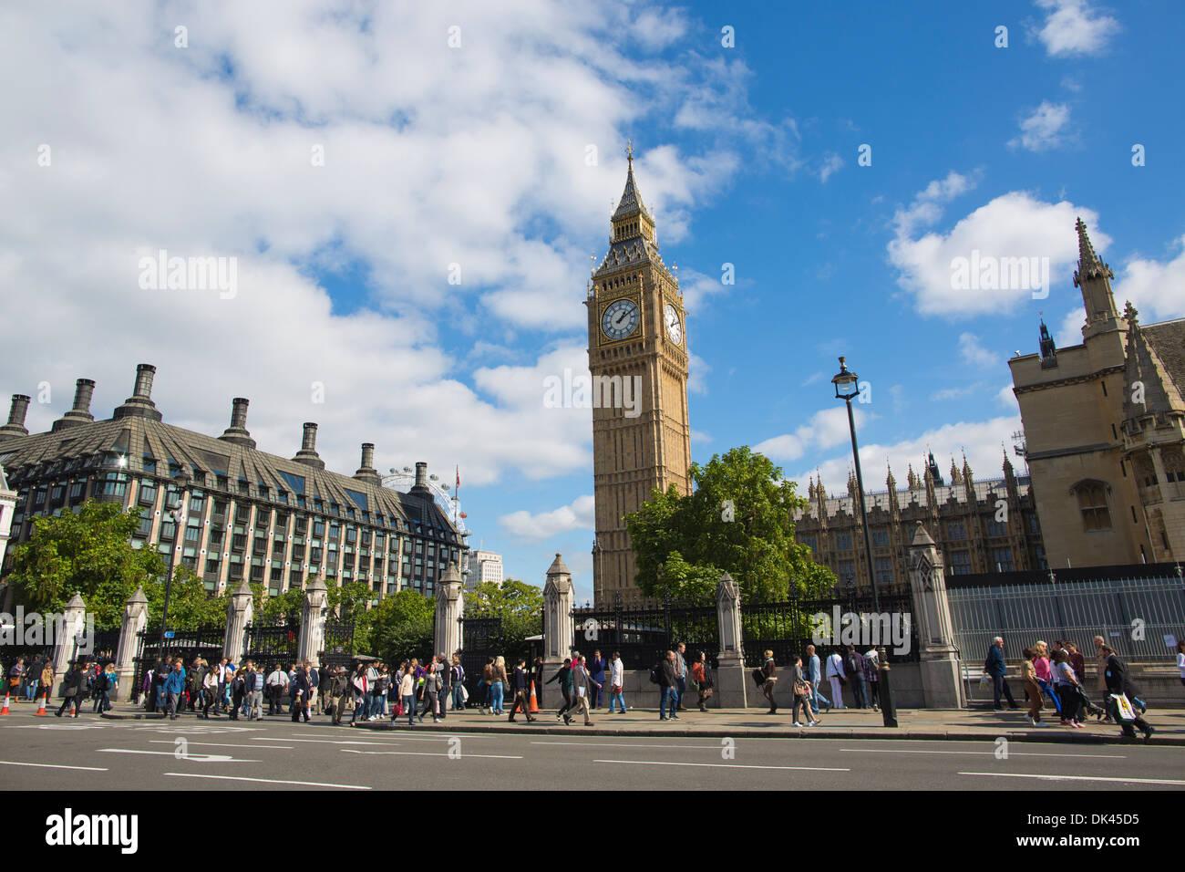 Parliament Square, en el centro de Londres con Portcullis House (izquierda) y el Big Ben (oriente), Londres, Reino Unido. Foto de stock