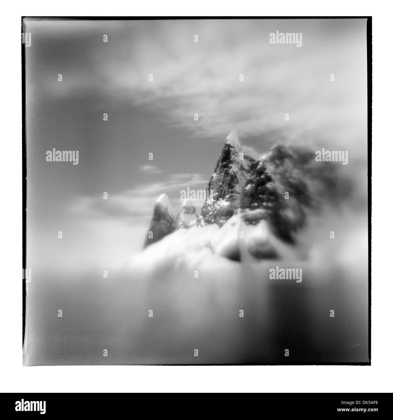 La Antártida, borrosa la imagen en blanco y negro de los picos de las montañas cerca de Cape Renard junto Canal Lemaire en la soleada tarde de verano Imagen De Stock