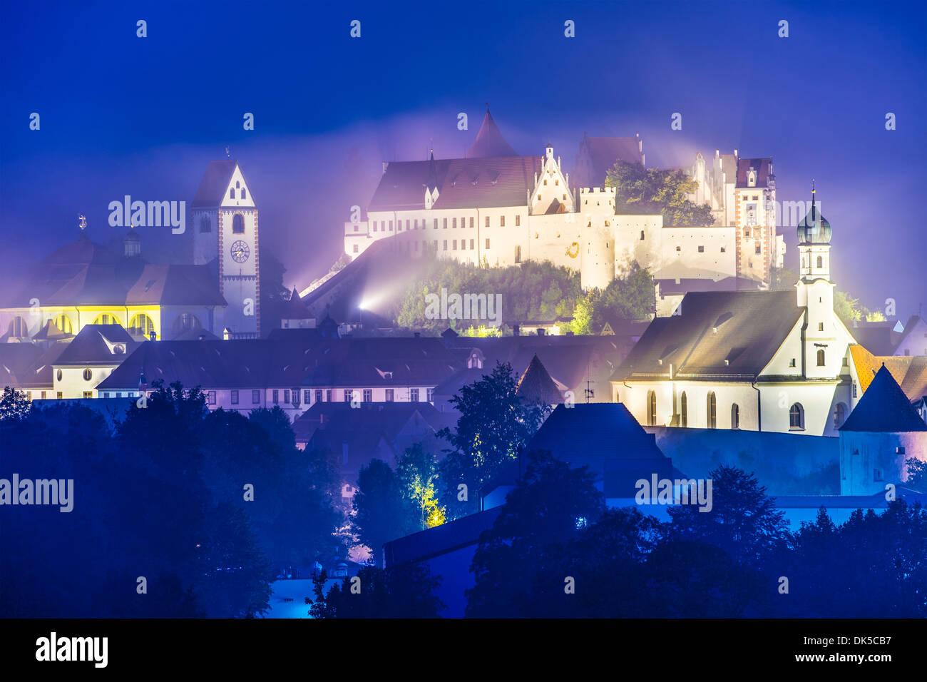 Misty noche en Fussen, Alemania. Foto de stock