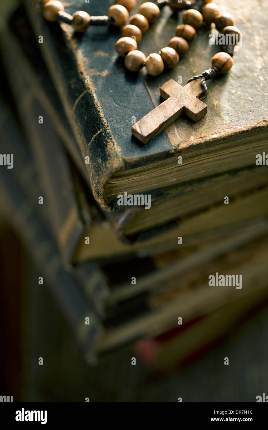 Pila de libros antiguos con Rosario Imagen De Stock