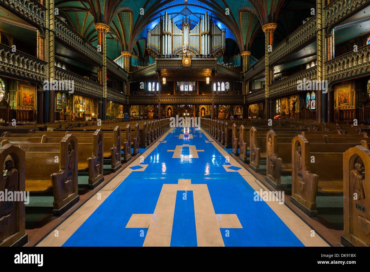 Interior de la catedral de Notre-Dame y su órgano en Montreal, Canadá. Imagen De Stock