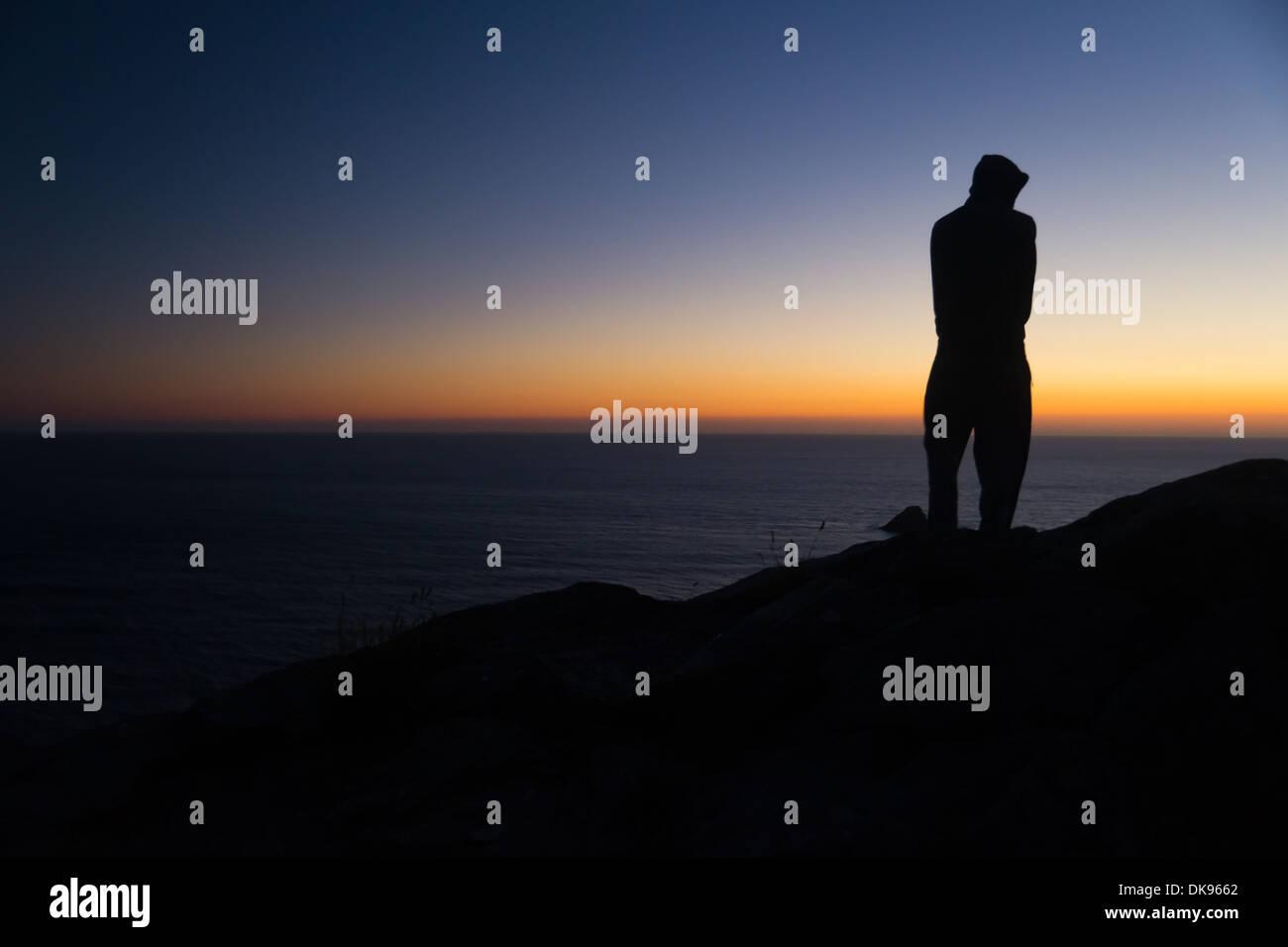 Silueta en la oscuridad. Imagen De Stock