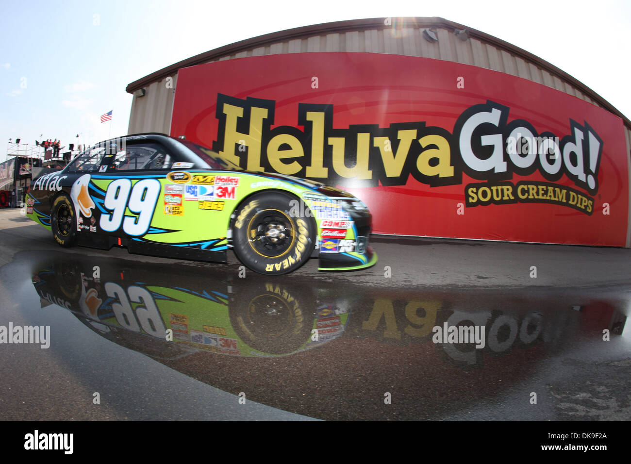 El 20 de agosto, 2011 - Brooklyn, Michigan, EE.UU. - NASCAR Sprint Cup Series driver Carl Edward (99) durante la práctica de la Pure Michigan 400 en Michigan International Speedway. (Crédito de la Imagen: © Rey Del Río/Global/ZUMAPRESS.com) Southcreek Foto de stock