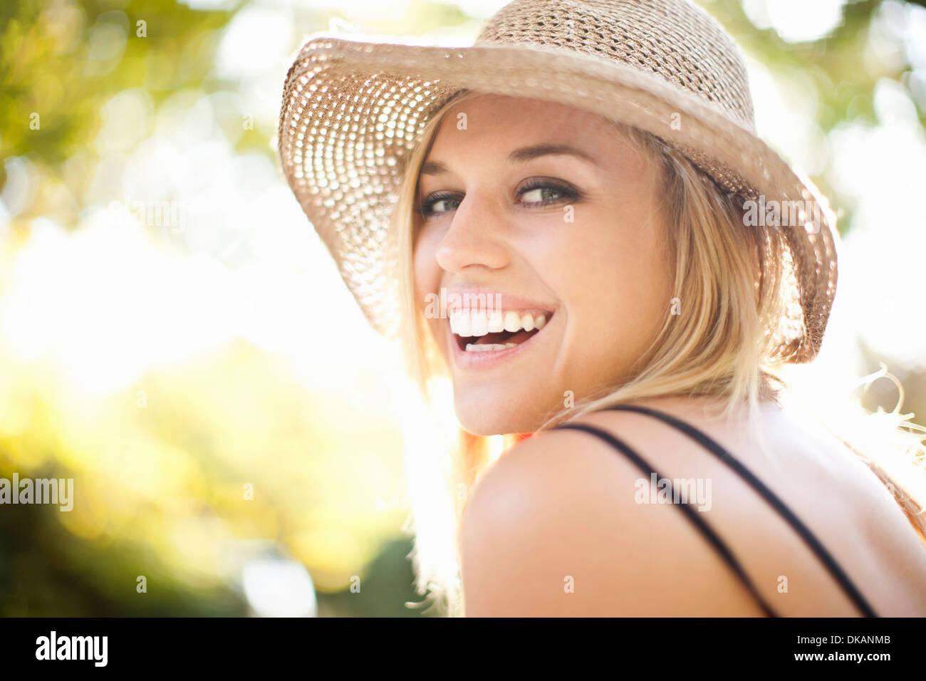 Close Up retrato de mujer joven en el parque Imagen De Stock