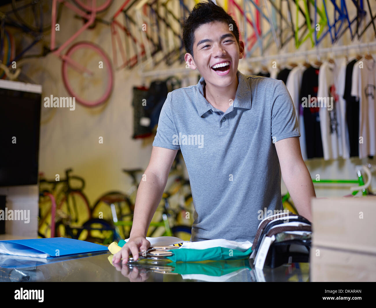 Retrato de joven riendo en bike shop Imagen De Stock