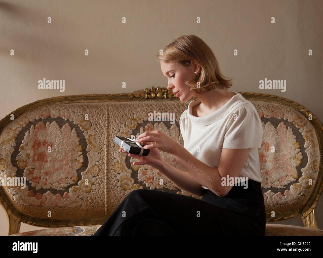 Mujer regalo de apertura Imagen De Stock
