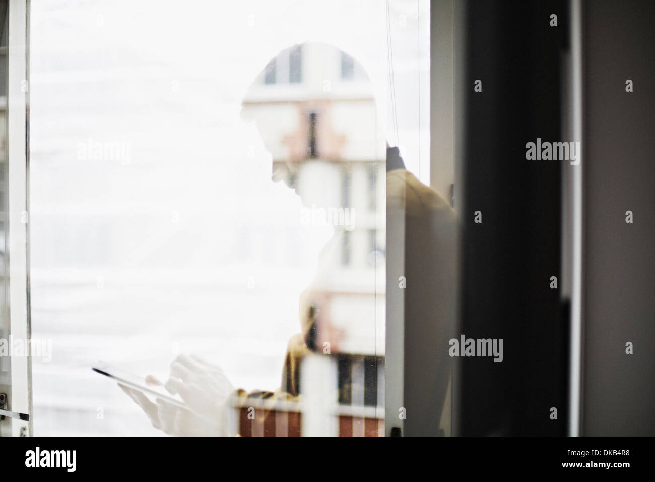 La reflexión del empresario mediante tableta digital Imagen De Stock