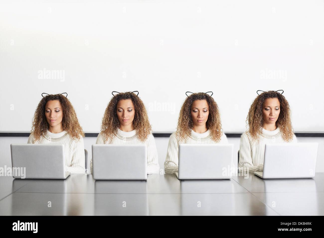 La empresaria vistiendo orejas utilizando ordenadores portátiles Imagen De Stock