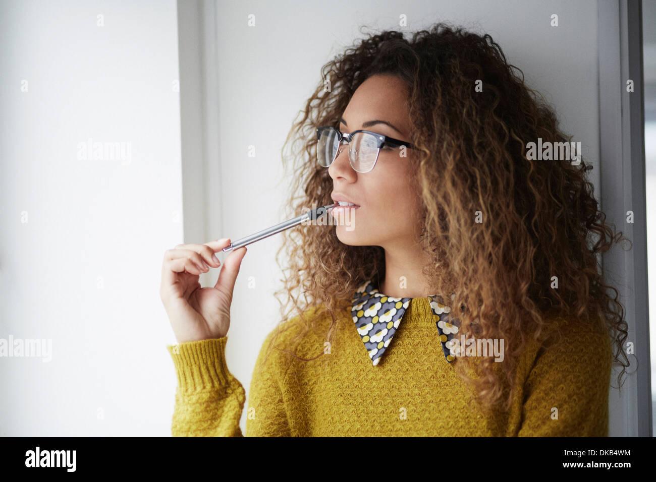 Trabajador de oficina femenina sosteniendo pen Imagen De Stock