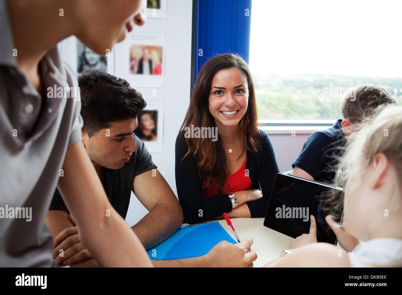 Los escolares adolescentes mediante tableta digital Imagen De Stock