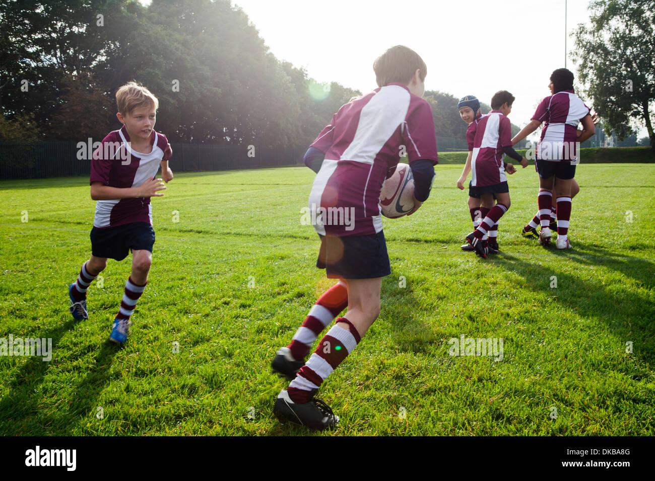 Equipo de rugby colegial adolescente en la práctica Foto de stock
