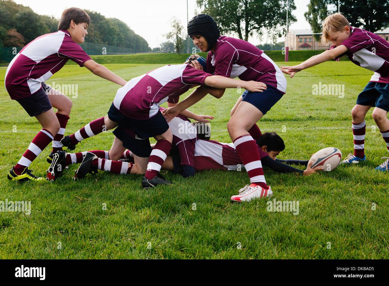 Equipo de rugby colegial adolescentes practicando Imagen De Stock