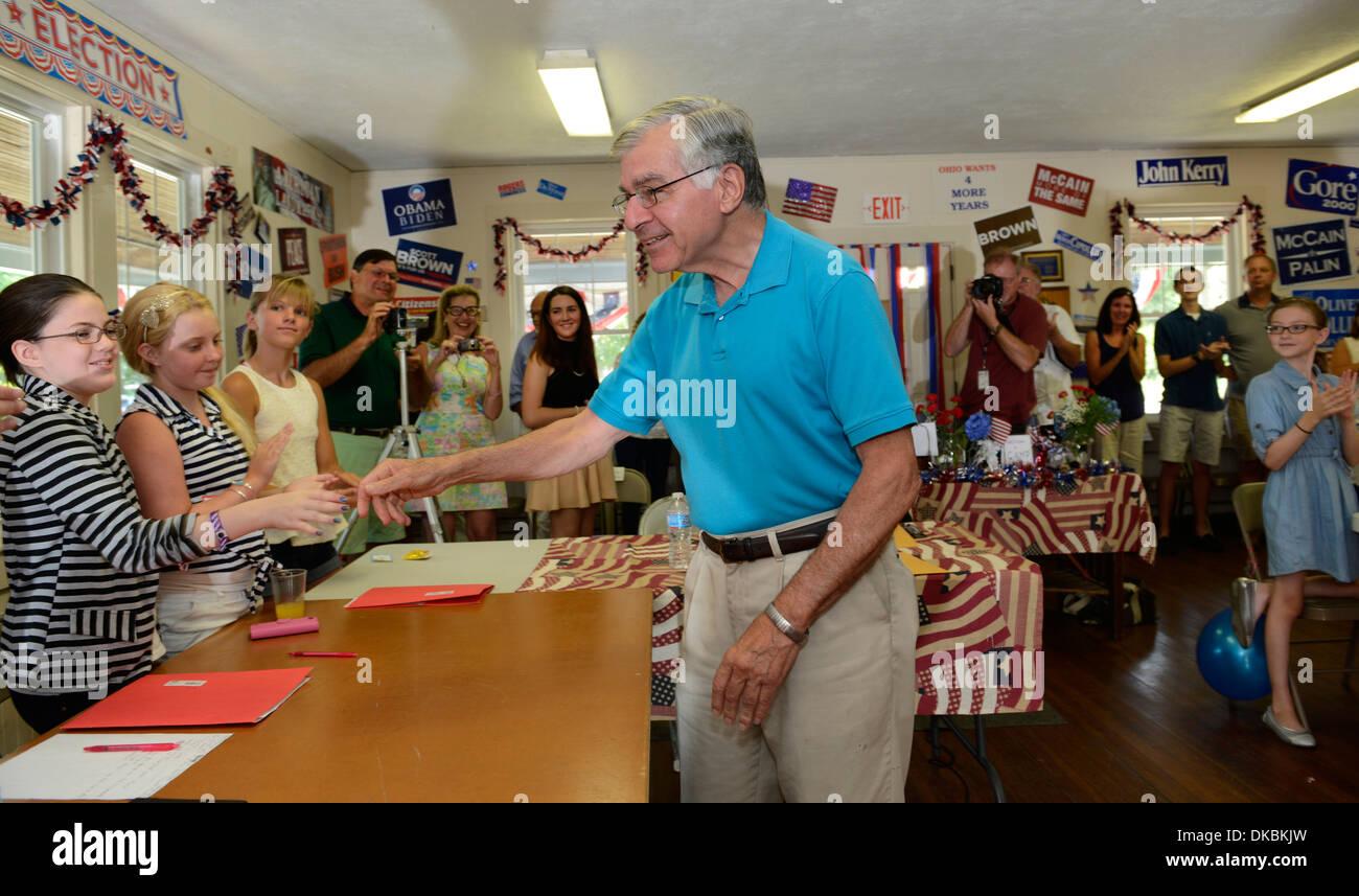 El ex Gobernador de Massachusetts y candidato presidencial 1988 saluda a camper en el campamento de EE.UU., política campamento para estudiantes de escuela media/alta. Imagen De Stock