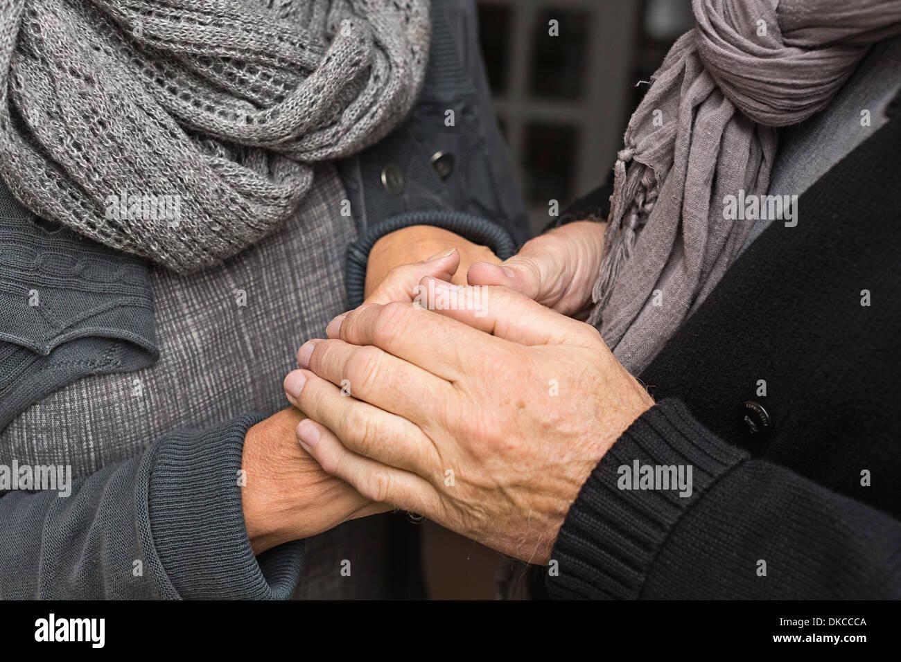 Senior pareja tomados de las manos, cerrar Foto de stock