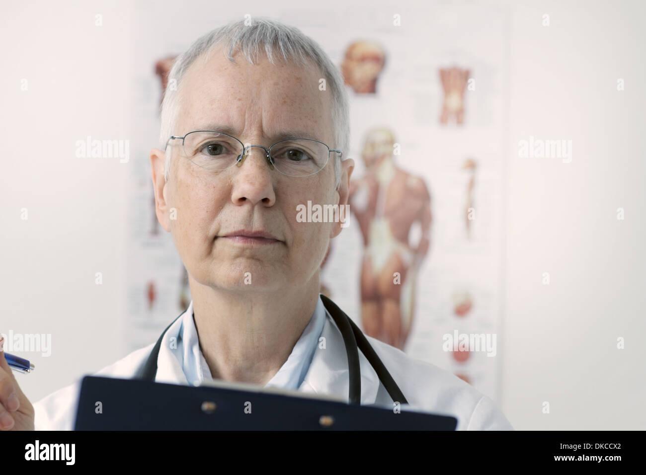 Una mujer doc con un músculo humano persona póster en el fondo Imagen De Stock