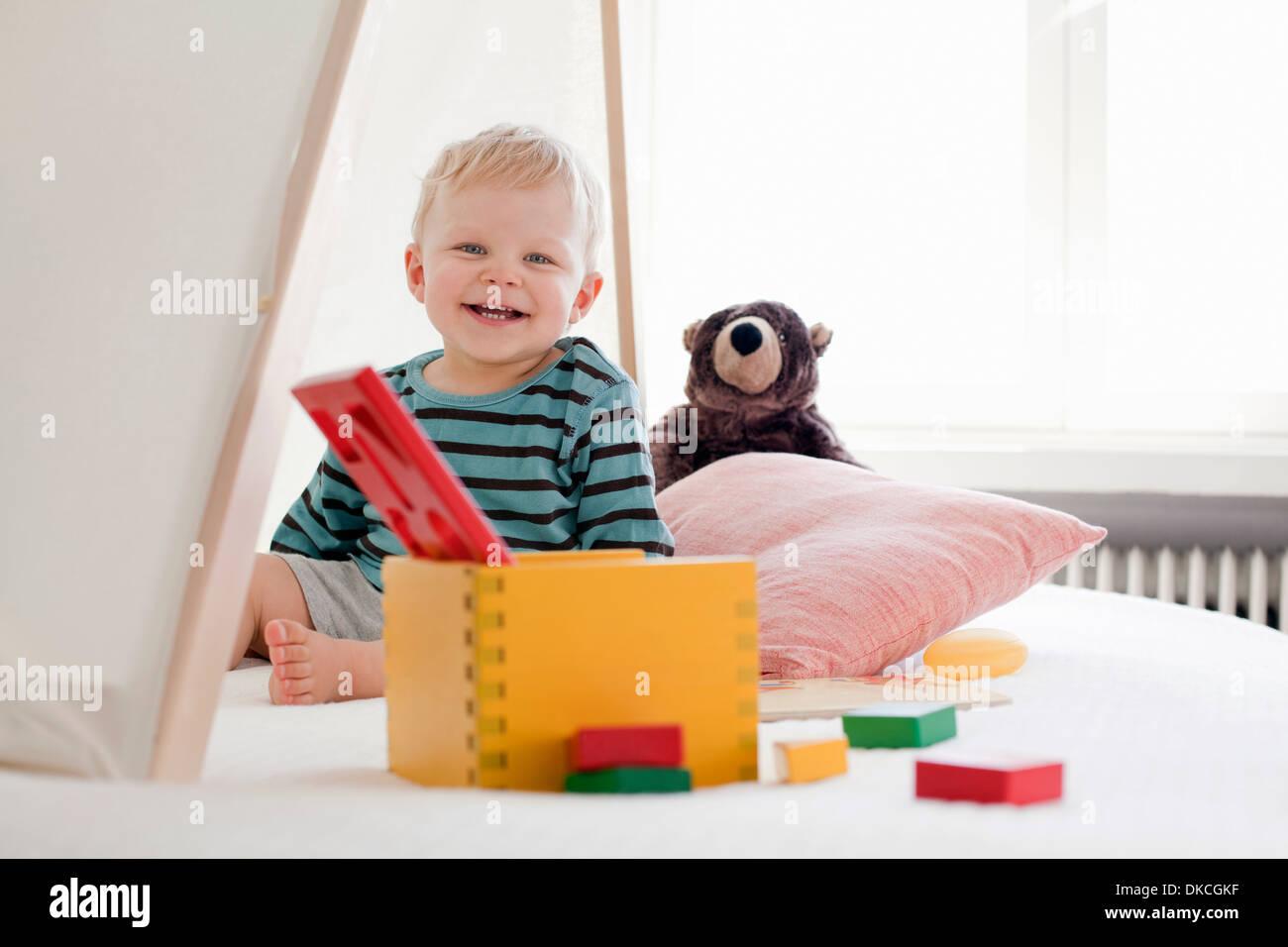 Niño feliz con juguetes Imagen De Stock
