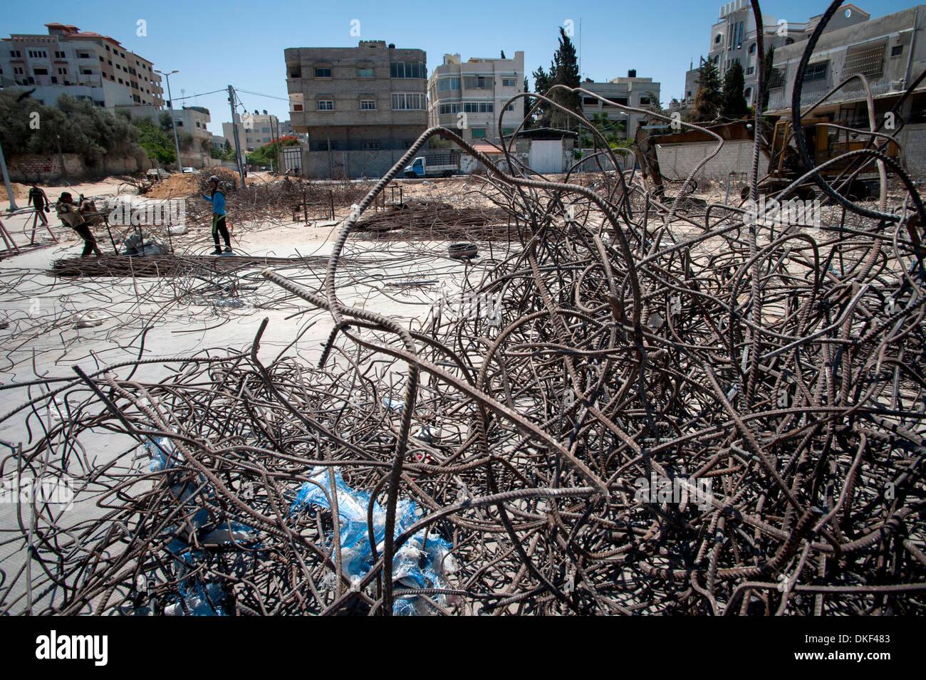 Los jóvenes reclamando el metal de los ataques con bombas a utilizarse de nuevo en construcción en la ciudad de Foto de stock
