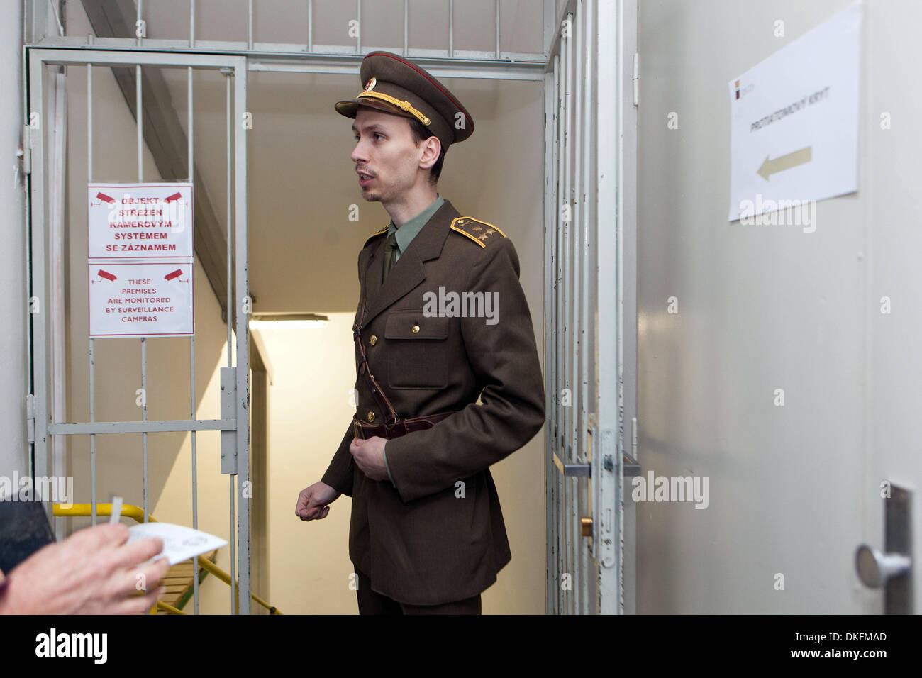 Spy Museum en Jalta Hotel. El subterráneo del hotel está el Museo de la guerra fría. Praga, República Checa, un hombre en uniforme de la era comunista, entrada Imagen De Stock