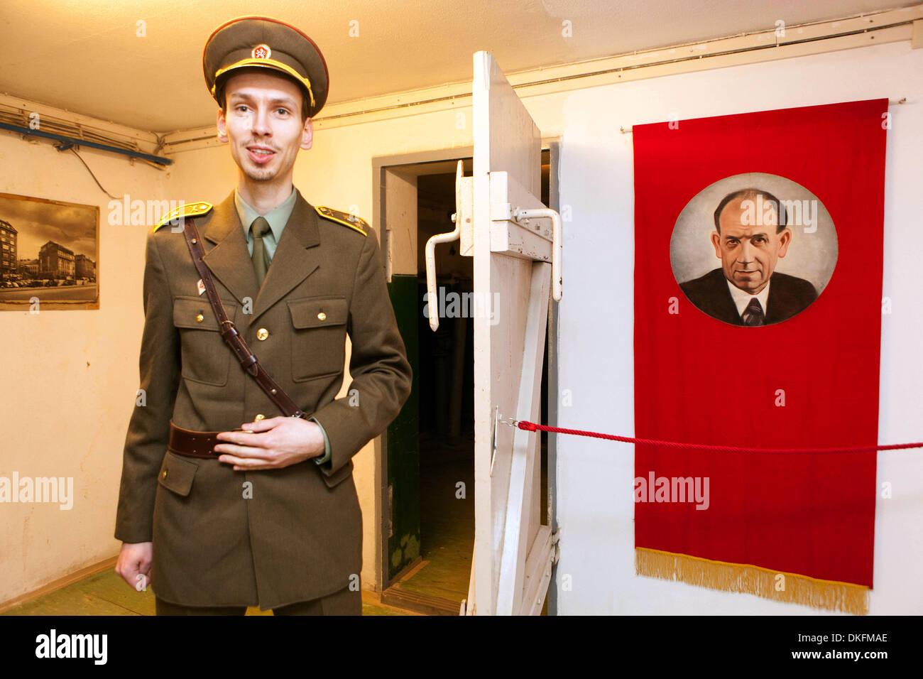 Spy Museum en Jalta Hotel. El subterráneo del hotel está el Museo de la guerra fría. Praga, República Checa, un hombre en uniforme de la era comunista Imagen De Stock