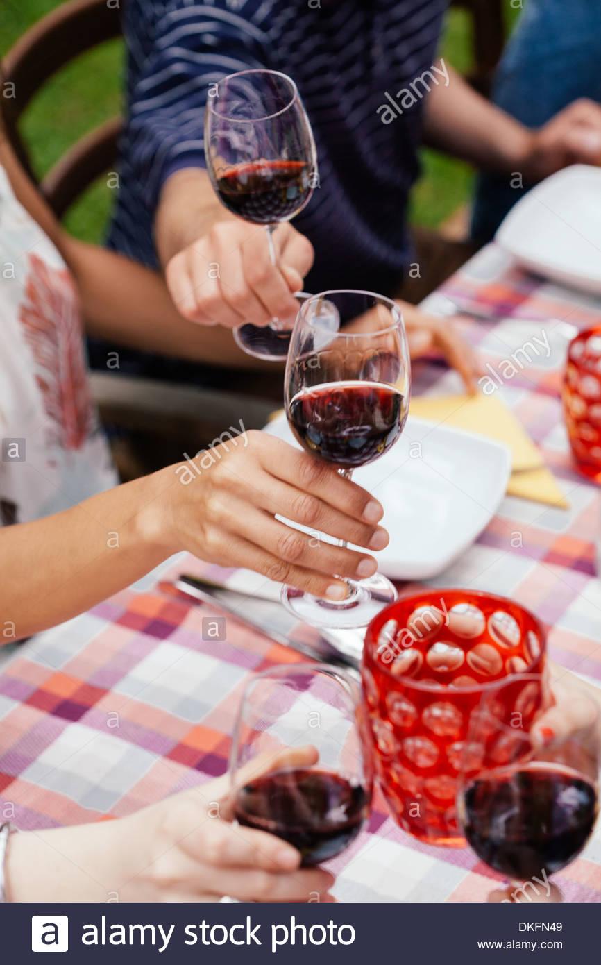Personas que crían vasos de vino tinto Imagen De Stock