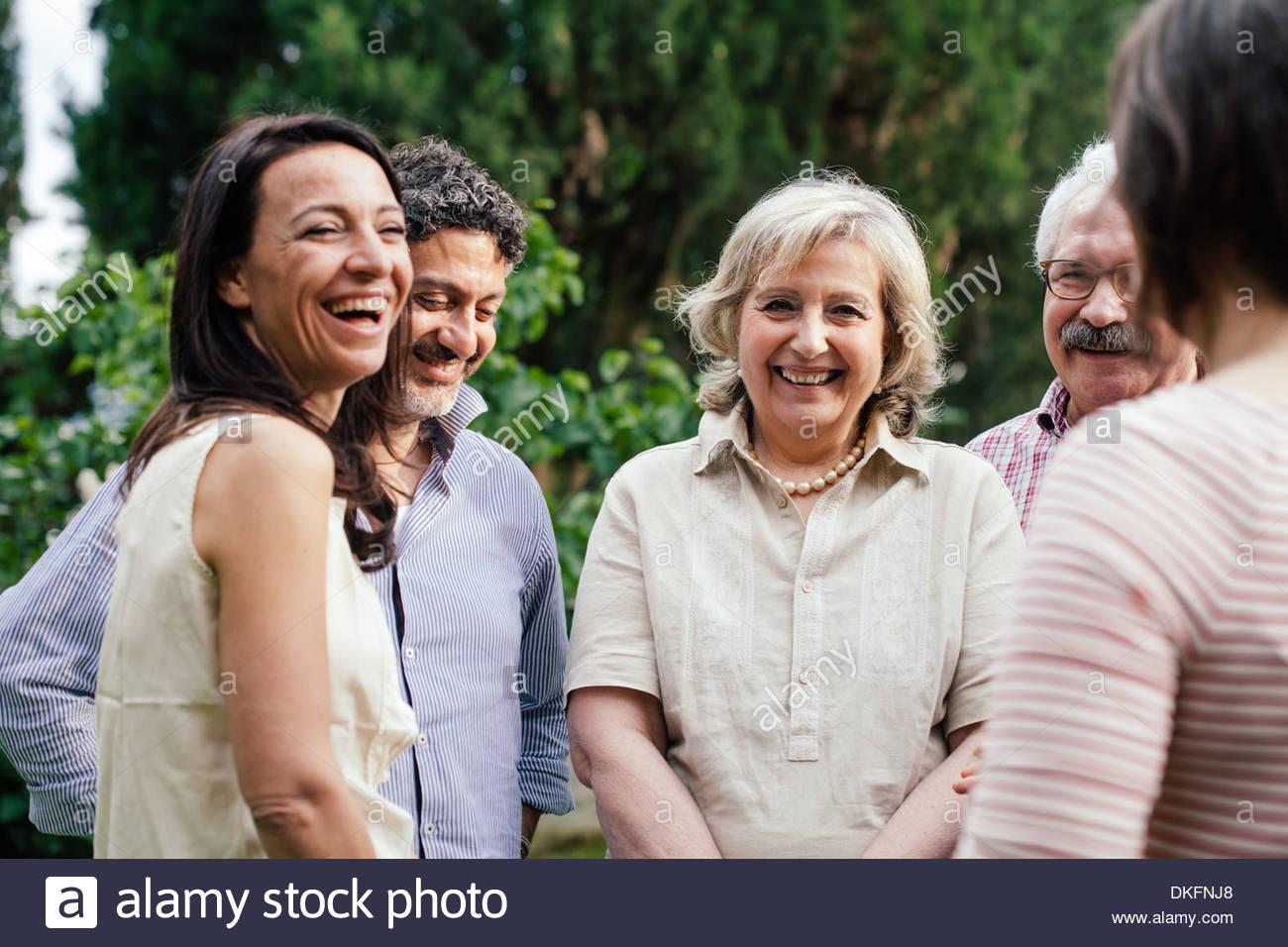 Los miembros de la familia hablando a la reunión al aire libre Imagen De Stock