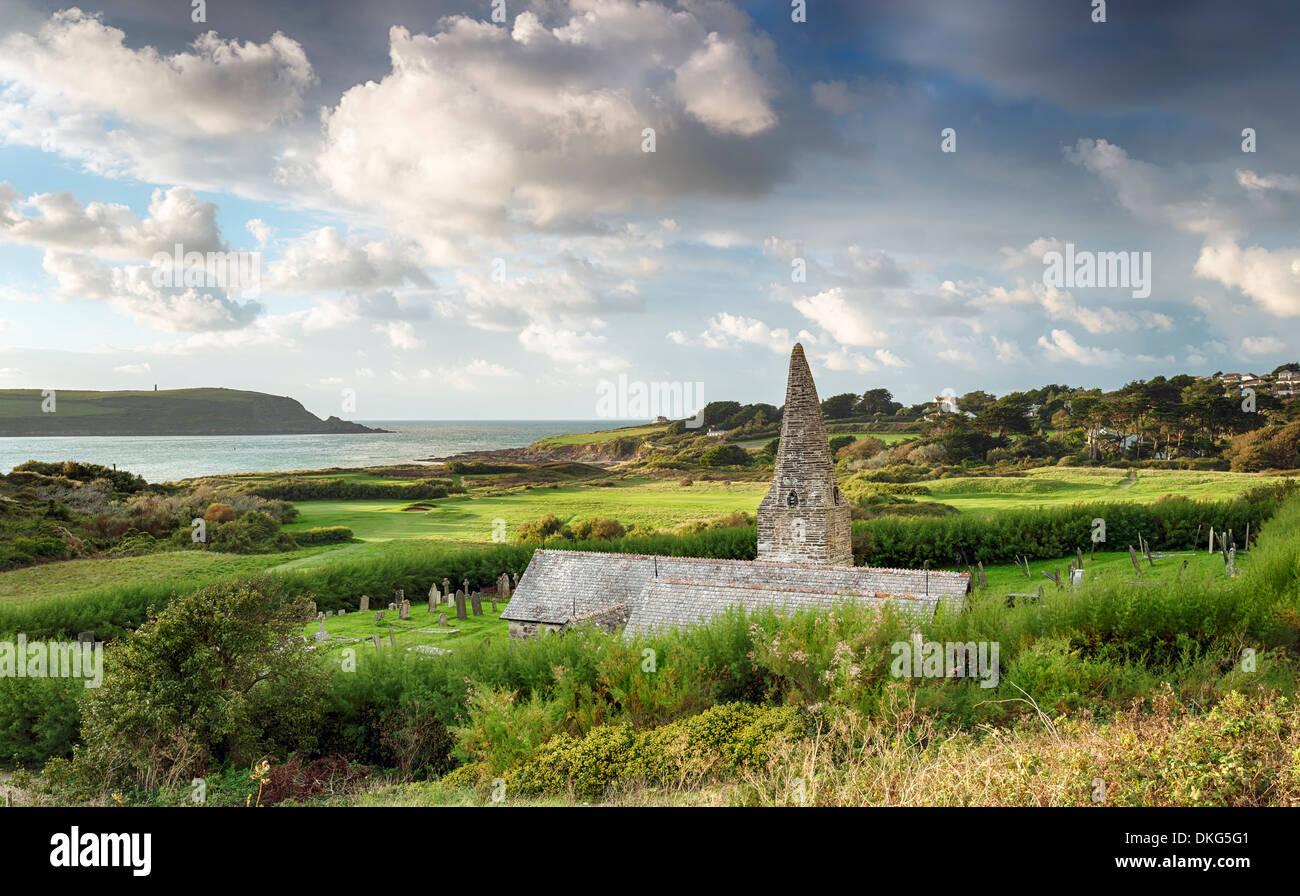 Daymer Bay y St Enodoc iglesia que una vez fue sepultado en dunas de arena Imagen De Stock