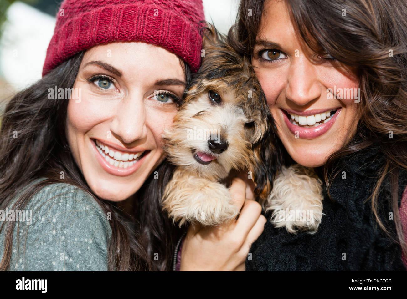 Amigos celebración perro mascota para fotografía Imagen De Stock