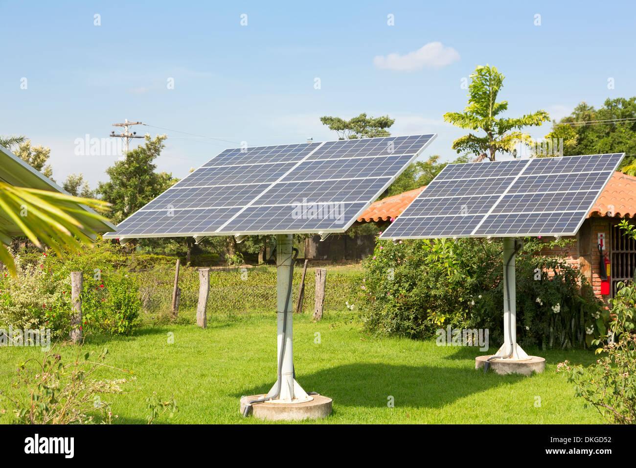 Panel de las baterías solares en el jardín Imagen De Stock