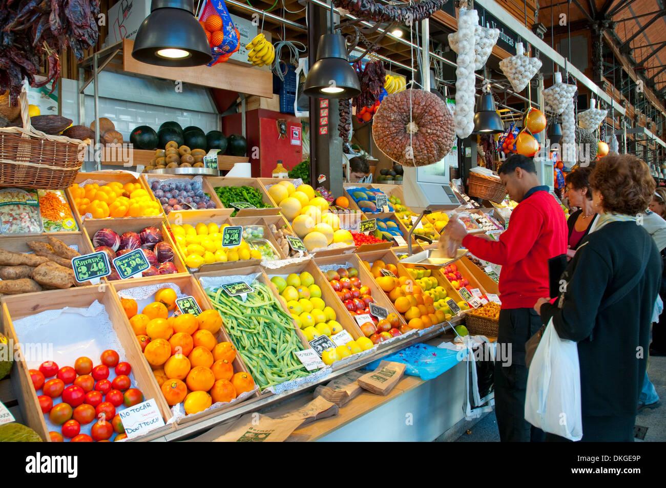 Tienda de fruta. Mercado de San Miguel, Madrid, España. Foto de stock