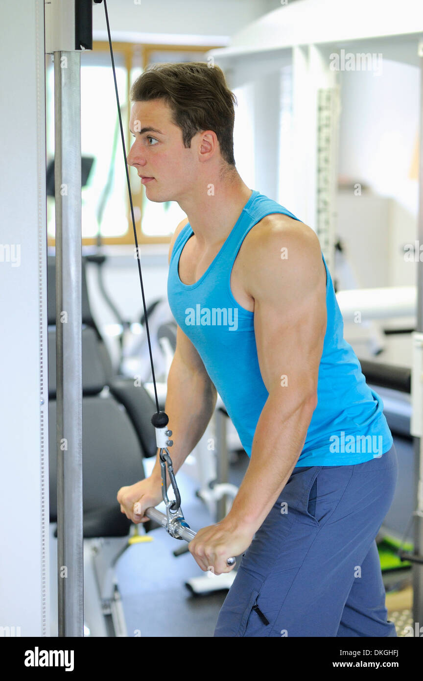 Joven haciendo ejercicio en el gimnasio Imagen De Stock