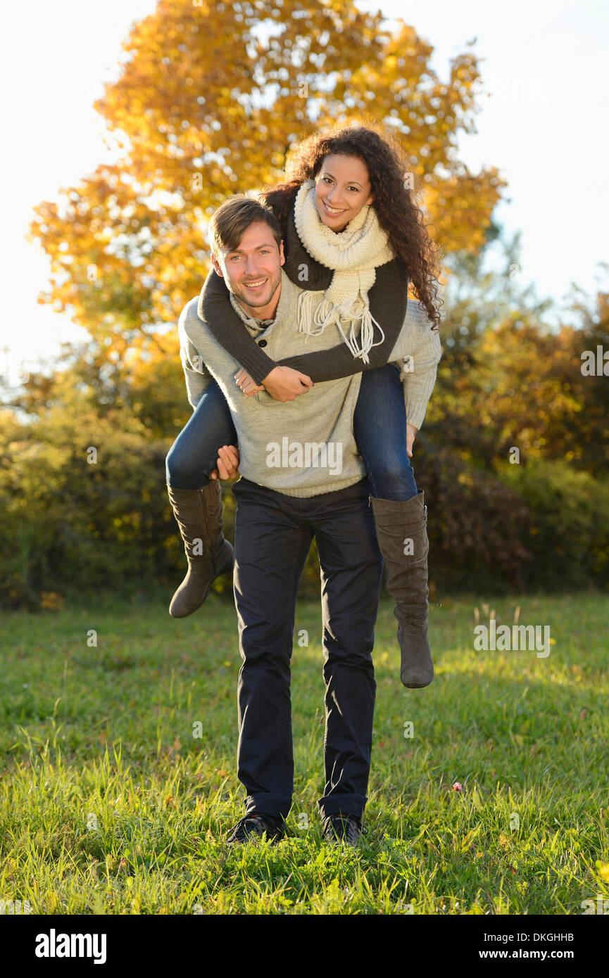 Feliz pareja en otoño Imagen De Stock