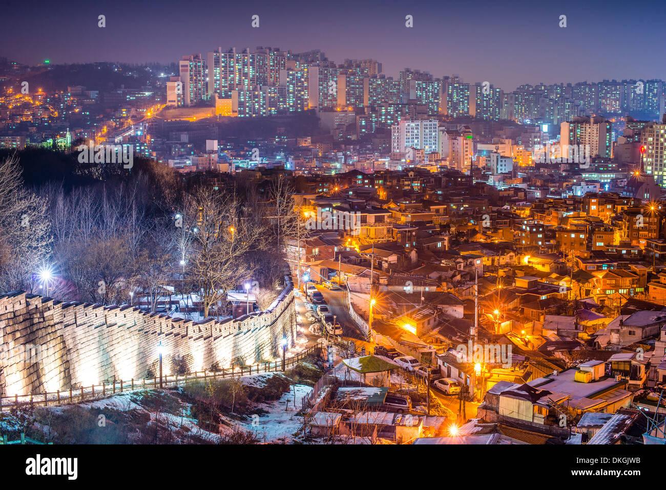 Seúl, Corea del Sur en el Parque Naksan y la muralla de la ciudad vieja. Imagen De Stock
