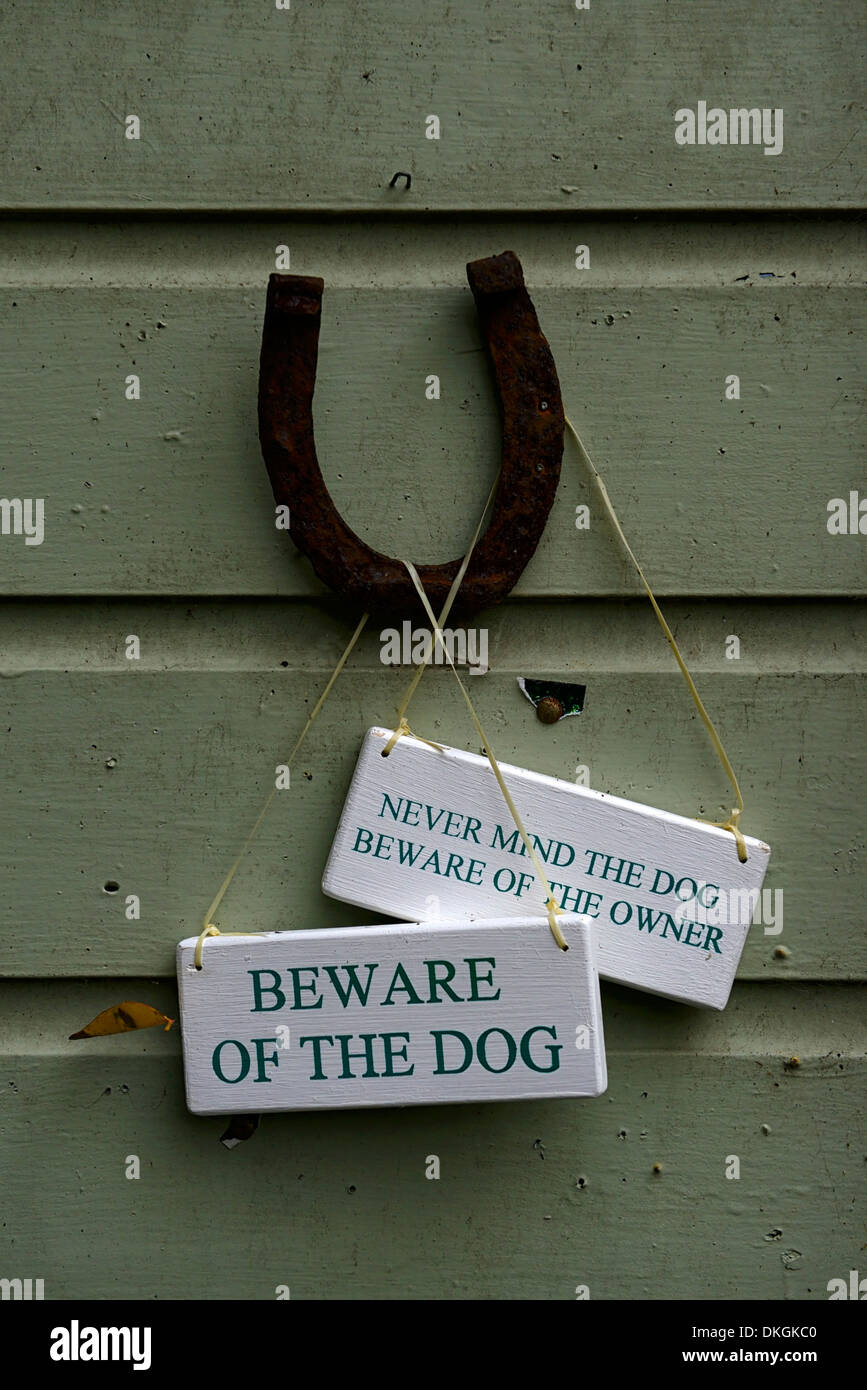 Al revés de herradura símbolo de buena suerte, ten cuidado con el perro cartel humor humor humor barraca del jardín jardinería jardín dillon Imagen De Stock