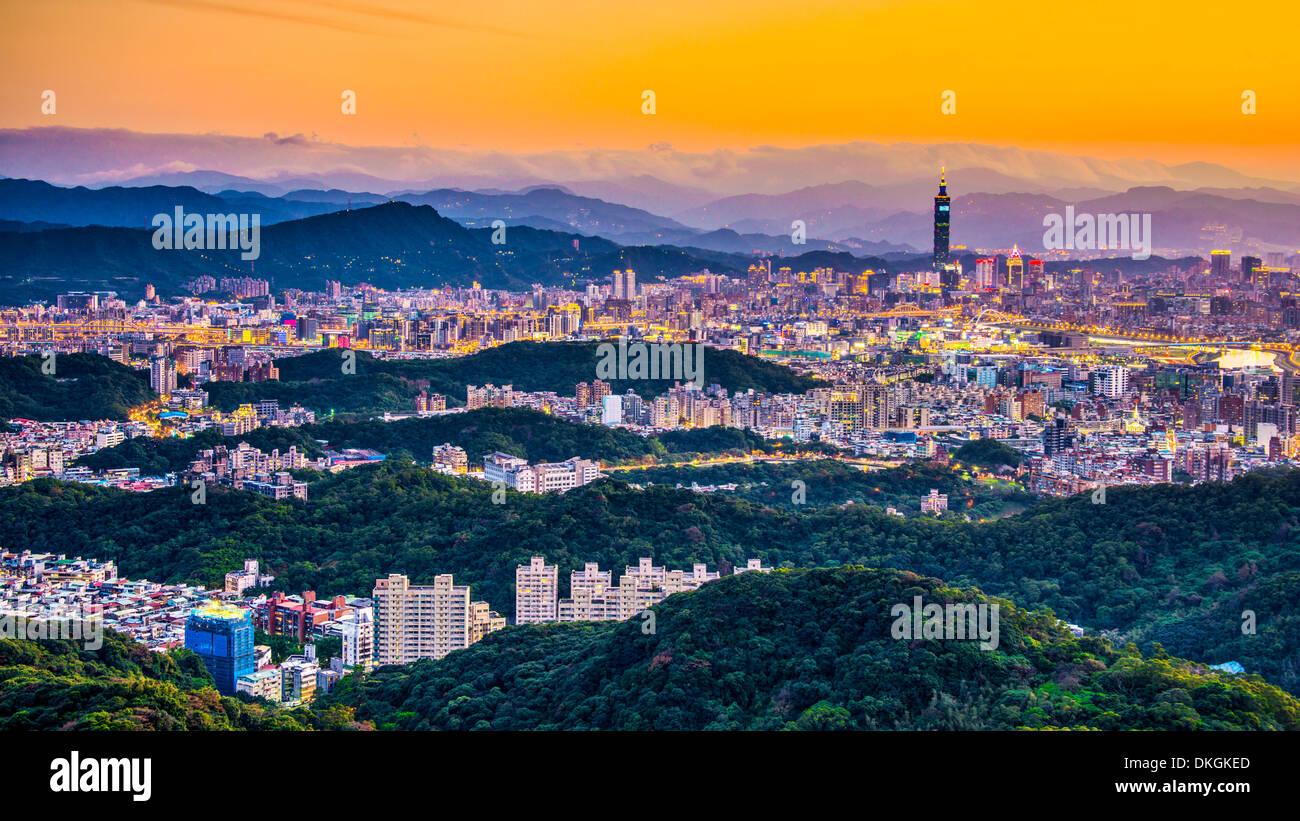 Modernos edificios de oficinas en Taipei, Taiwán, al anochecer. Imagen De Stock