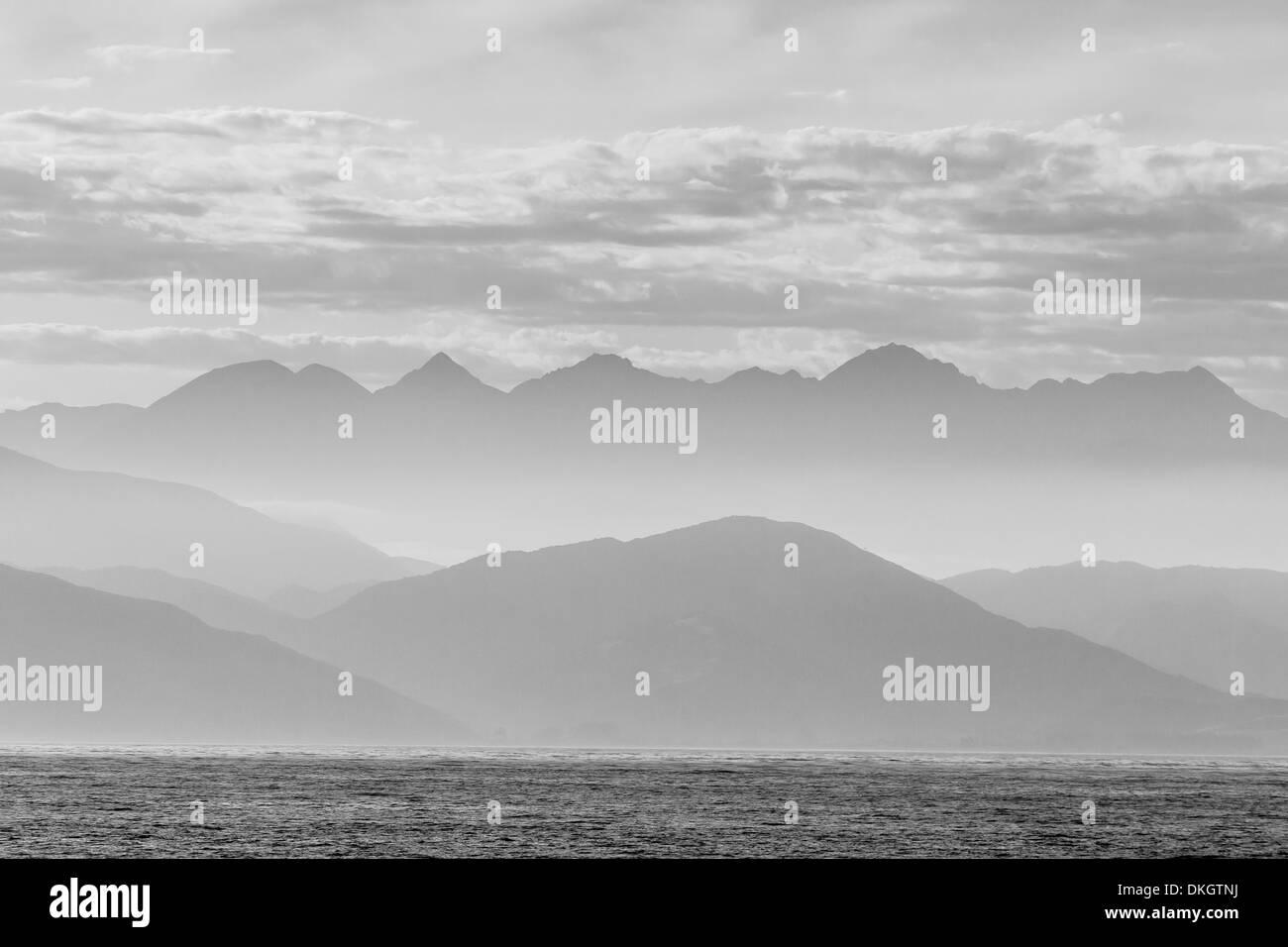 La costa de Kaikoura, en blanco y negro, Isla del Sur, Nueva Zelanda, el Pacífico Imagen De Stock