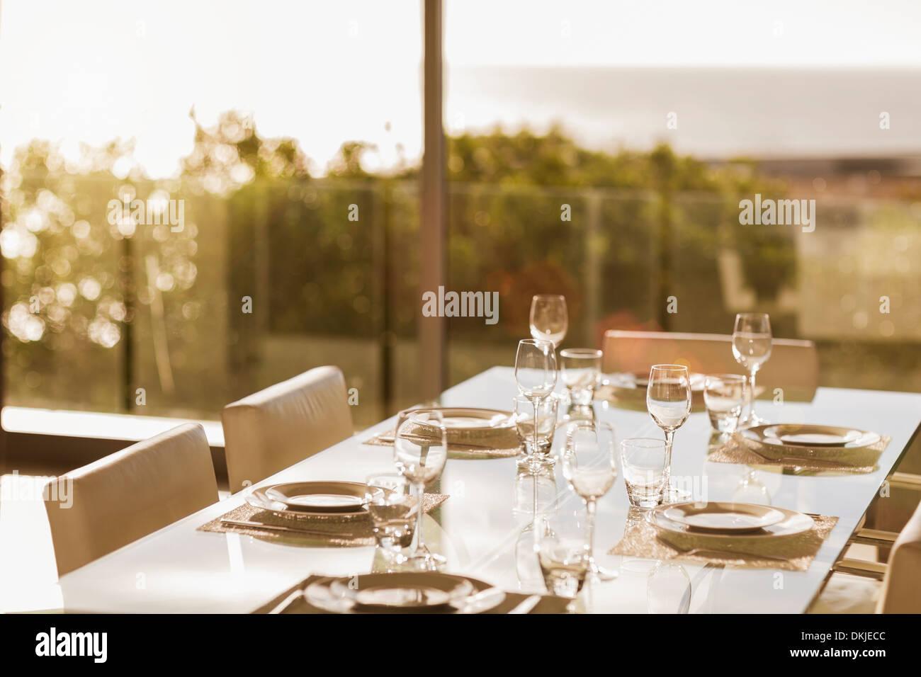 Mesa de comedor moderno Foto de stock