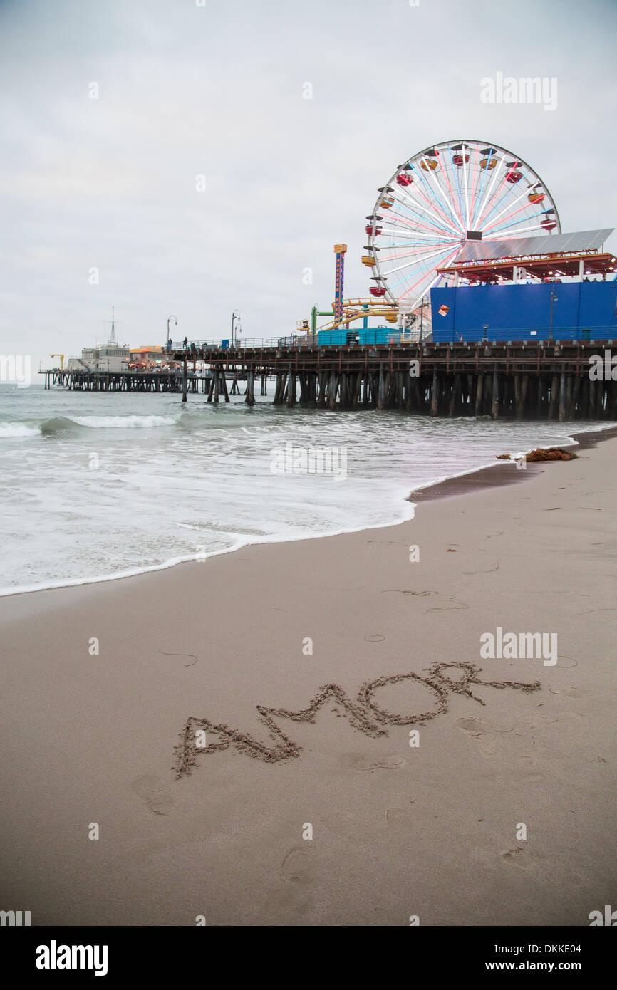 'Amor' escrito en la arena mojada Imagen De Stock