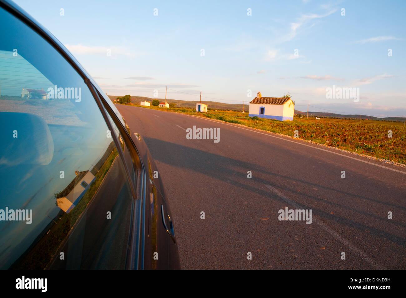 Paisaje típico de La Mancha reflejada en la ventanilla. La provincia de Ciudad Real, Castilla La Mancha, España. Imagen De Stock