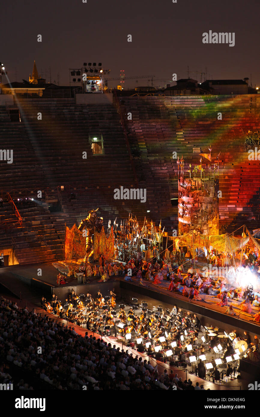 Rendimiento de la ópera Il trovatore ((El Trovador) en la arena, Verona Foto de stock