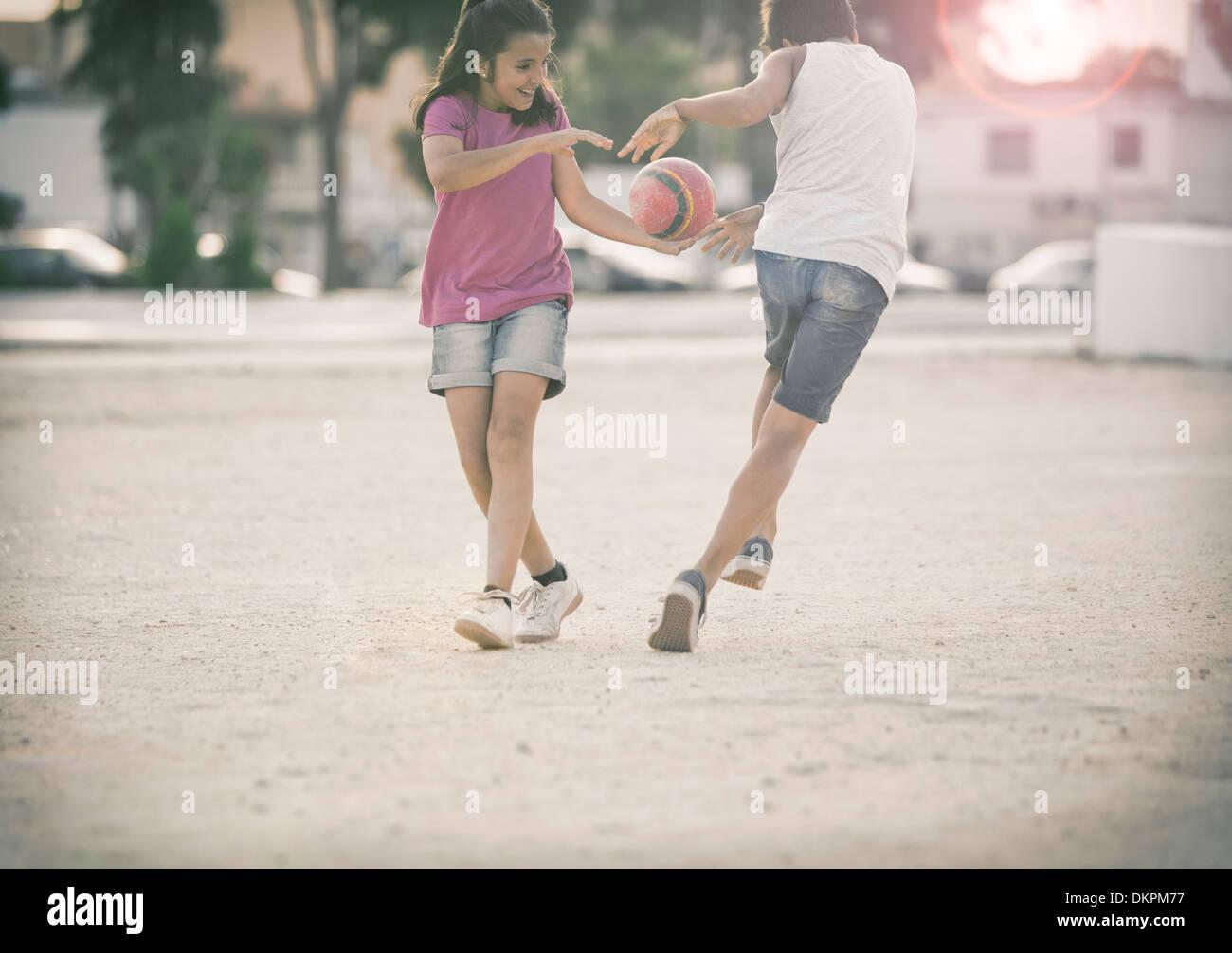Niños jugando en la arena Imagen De Stock