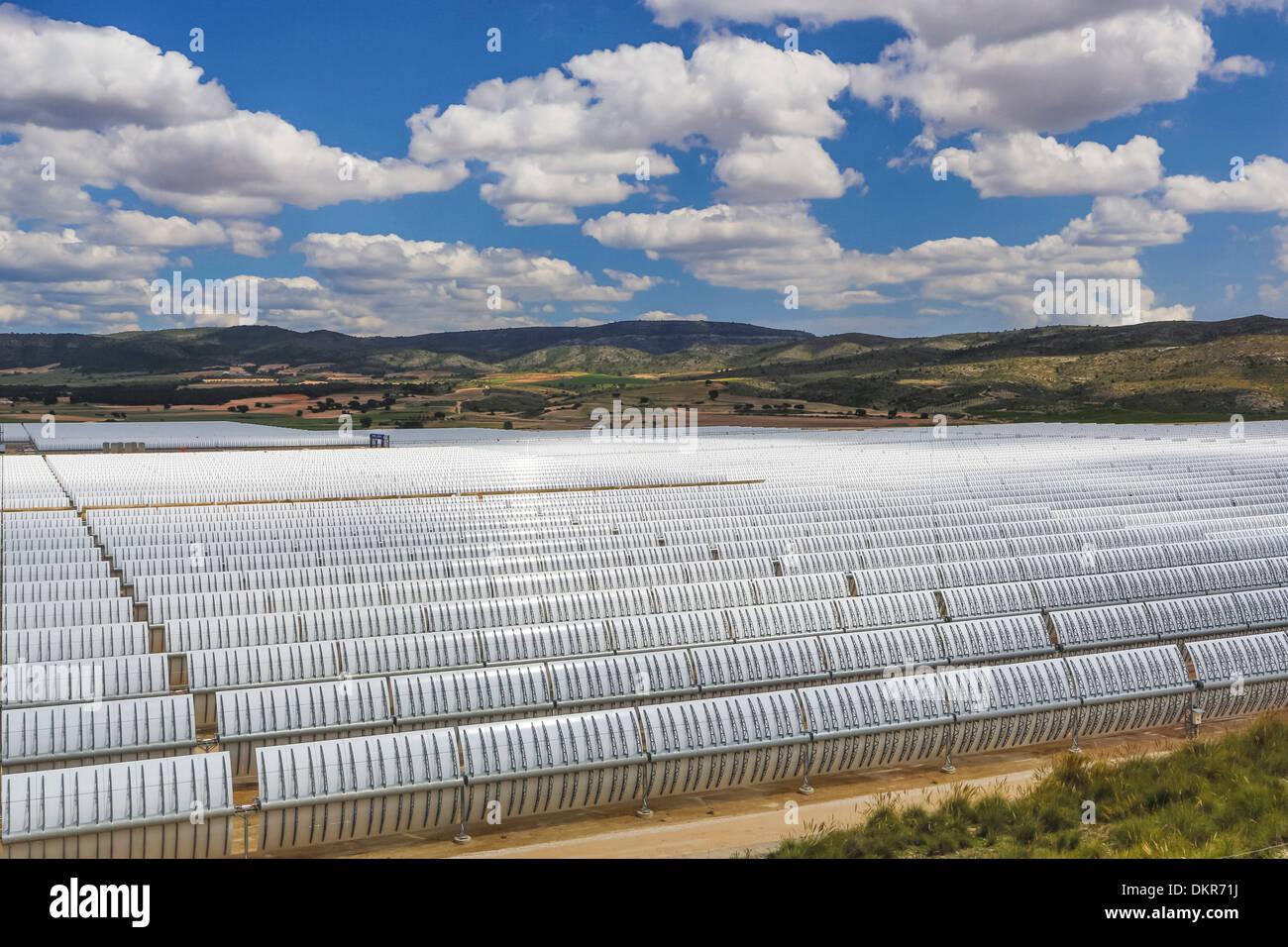 Europa España Murcia provincia energía solar grandes nubes de desarrollo de negocios de la industria de energía solar del paisaje blanco de Sun Imagen De Stock