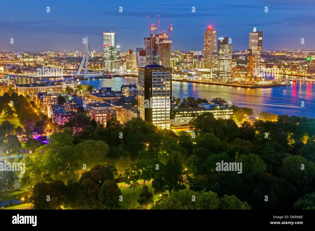 Skyline en Rotterdam, Países Bajos noche Imagen De Stock