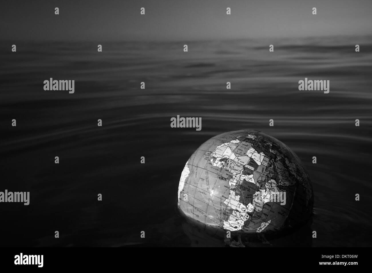 Mundo mundo plástico flotando en el agua de mar Foto de stock