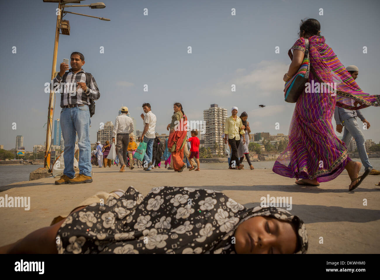 Mumbai (Bombay), India street niño durmiendo en Imagen De Stock
