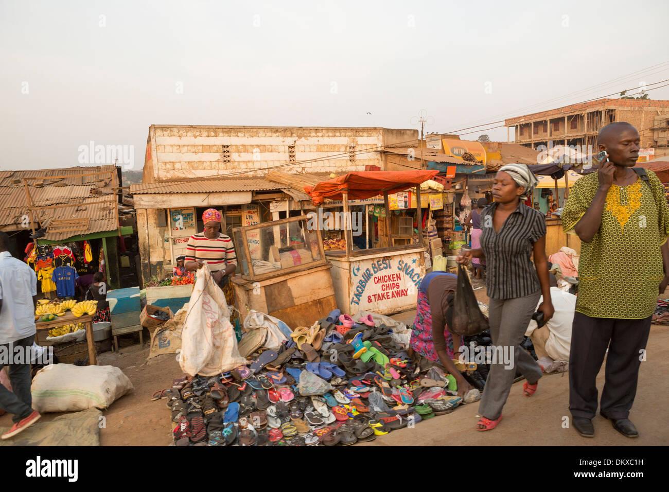 Concurrida acera en Kampala, Uganda, en el África oriental. Imagen De Stock